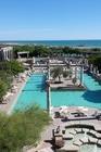 Uitzicht vanaf kamer op zwembad en zee.
