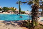 Heerlijk zwembad met buitenbar op de achtergrond