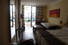 Hotelkamer aan zwembadkant met koelkast