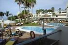 Overzicht zonterras en zwembad