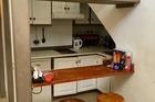 Keuken, heel vies, oud en op instorten. Koelkast en waterkoker gebruikt verder niet
