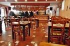 Het ruime restaurant met bar .