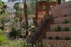 Binnenplaats met prachtig aangelegde vijvers en bloeiende planten