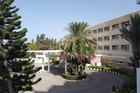 Uitzicht vanaf ons balkon op voorkant van het hotel