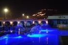 1 van de zwembaden bij nacht.