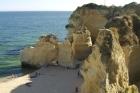 Mooie rotsen op loopafstand, ook via een vissersbootje te bereiken voor niet al te veel geld.