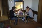 Eettafel met doorkijk naar keukentje