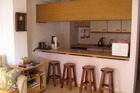 Keuken met wasmachine, inductieplaat en volledig ingericht.