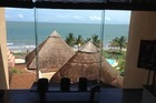 Uitzicht op strand vanuit de lobby