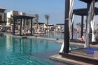 Zwembad met lounge bedden