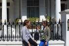 De meiden bij het hotel