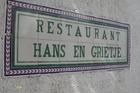 Via een buitentrap , kom je in het restaurant .