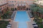 prachtige binnenplaats met verwarmd zwembad