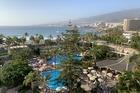 Uitzicht balkon op zee en met zwembad tuin zijde