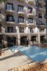 zwembad begaande grond achter het hotel