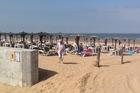 Strand met heerlijke ligbedden en parasols.