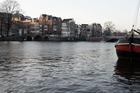 Zicht op de rivier De Amstel .