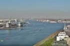 Uitzicht over het IJ en begin Noordzeekanaal .