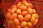 Netten met sinasappels , manderijnen en ander fruit .