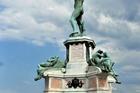Een standbeeld op het plein .