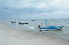 strand met visserboten