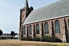 Rondom de kerk had men de markt opgesteld .