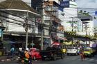 Echt Bangkok: de Charoung Krung, levenige hoofdader, kilometers lang, met veel zijstraatjes