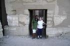 Voor de ingang v.d. tempel .